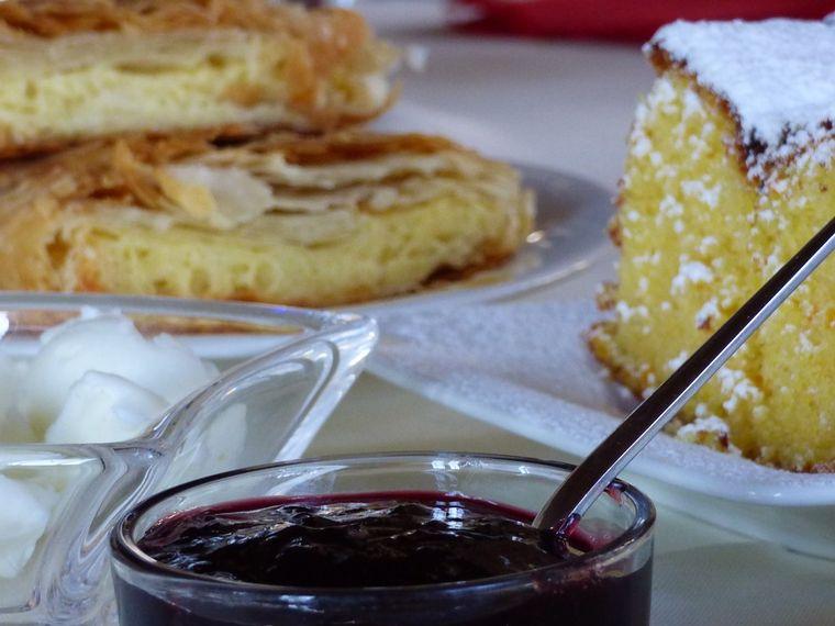 Cum se face rapid plăcinta cu brânză dulce și stafide în foietaj
