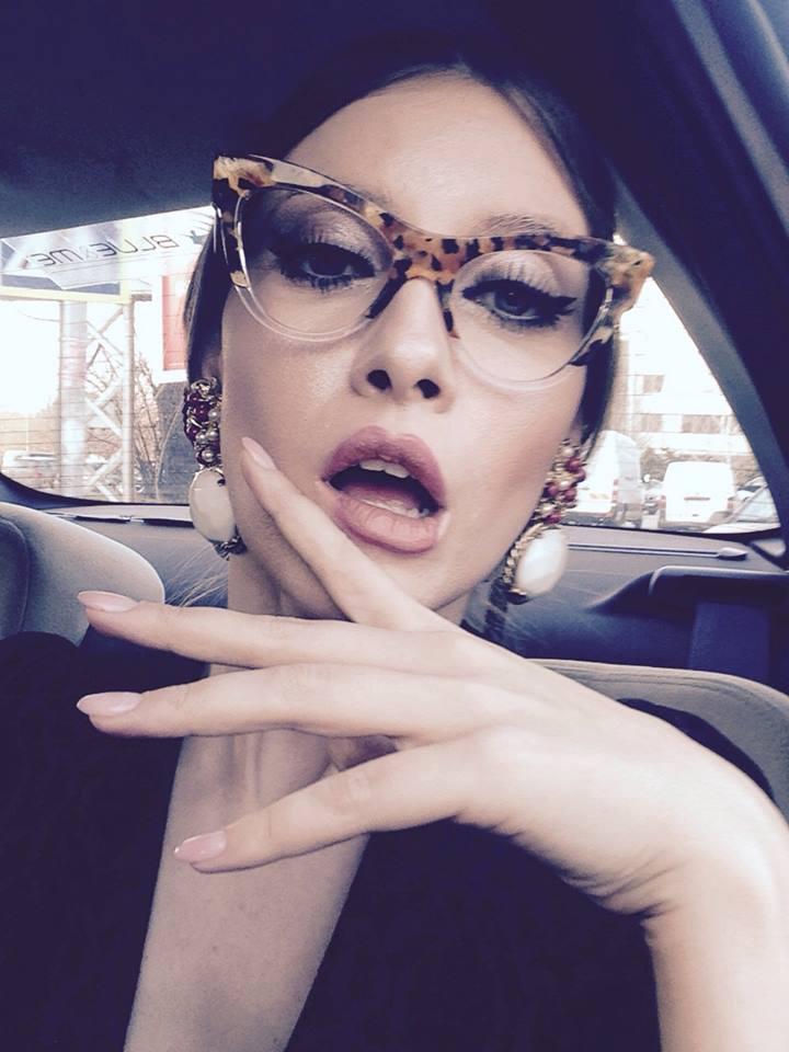 VIDEO EXCLUSIV | Iulia Albu - WOW sau BAU-BAU: Cum purtam cu stil esarfa sau salul!