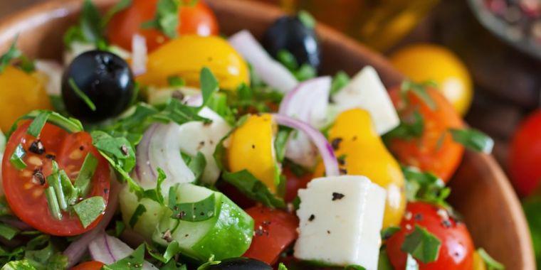 """Salată grecească """"5 minute"""". Gustoasă, ieftină si sănătoasă"""