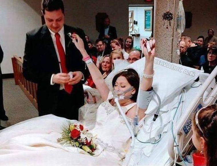 O femeie de 31 de ani s-a căsătorit cu dragostea vieţii ei, în spital, iar după câteva ore a murit! S-a îmbrăcat în rochie de mireasă şi s-a bucurat de moment, dar organismul ei a cedat. Boala cumplită de care suferea