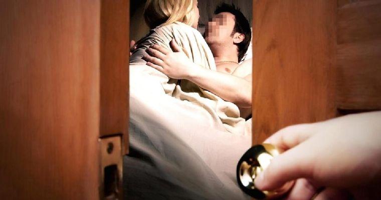 A venit de la serviciu şi şi-a prins soţul în pat cu amanta, în timp ce îi făcea sex oral! Tot oraşul a aflat de răzbunarea soţiei înşelate! În ce hal a umilit-o pe amantă