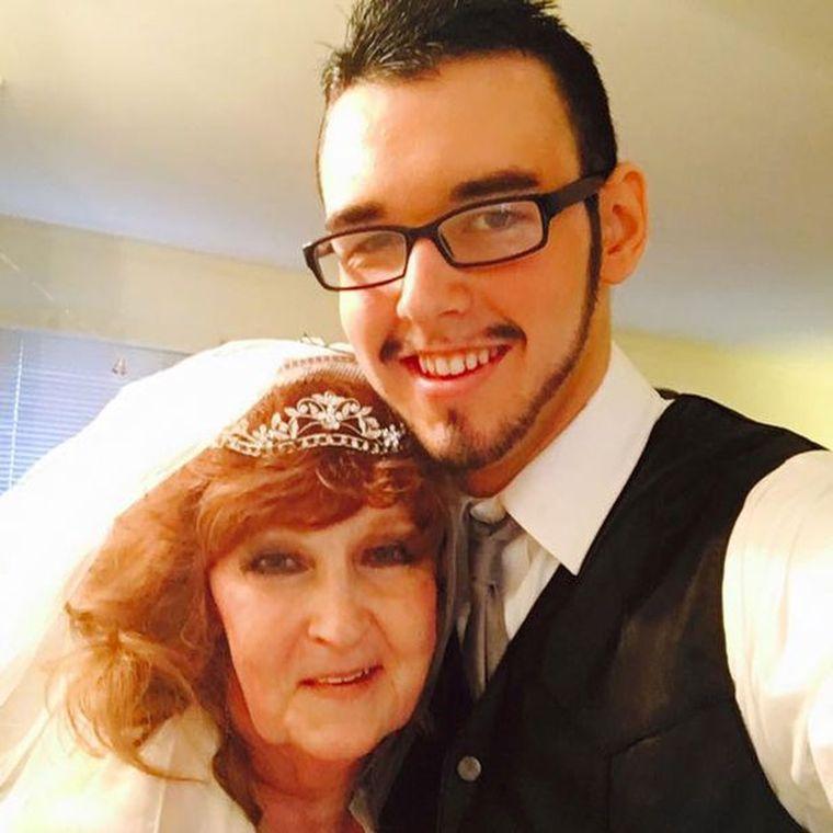 Acest tânăr de 19 ani a renunțat la iubita lui de 77 ani pentru a se căsători cu o femeie în vârstă de 72 ani. Ce se întâmplă la ei în dormitor