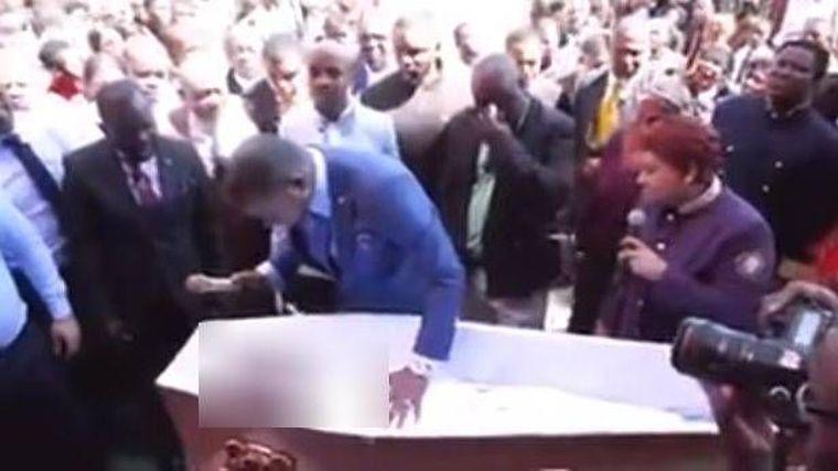 """Un pastor filmat cum a """"înviat"""" un mort este cercetat penal. VIDEO ŞOCANT"""