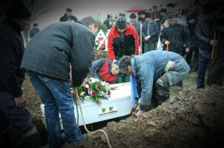 O tânără din Neamț a înviat la propria înmormântare şi a început să strige: