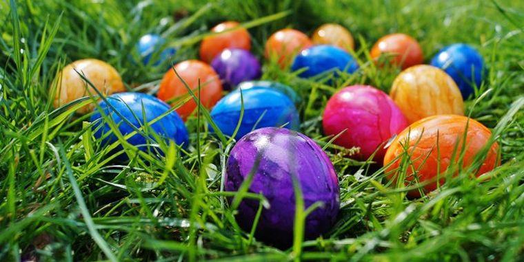 Iată cum putem vopsi ouăle de Paște cu ingrediente naturale. Obținem un aspect mult mai frumos și sunt mult mai sănătoase decât vopseaua cu coloranți artificiali!