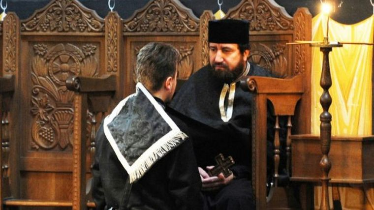 """""""Părinte, nu mai pot, cedez."""" Doi soți s-au dus să ceară dezlegare de la preot ca bărbatul să poată păcătui cu o colegă de serviciu. Preotul și-a făcut cruce când a auzit motivul"""
