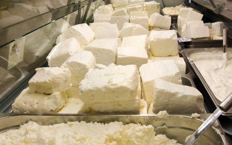 Metoda prin care negustorii de brânzeturi îşi înşală cumpărătorii. Cum să recunoşti dacă telemeaua de capră este falsificată