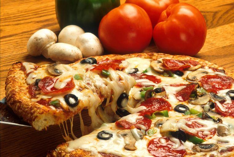 Vrei să mănânci ceva bun, gustos şi care se prepară rapid? Iată cum să faci o pizza în 8 minute!