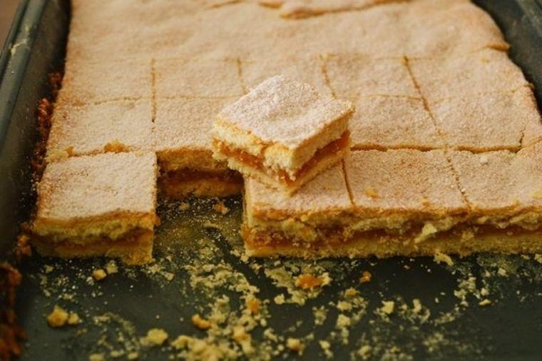 Prăjitură cu mere pentru leneşi - reţetă rapidă şi delicioasă