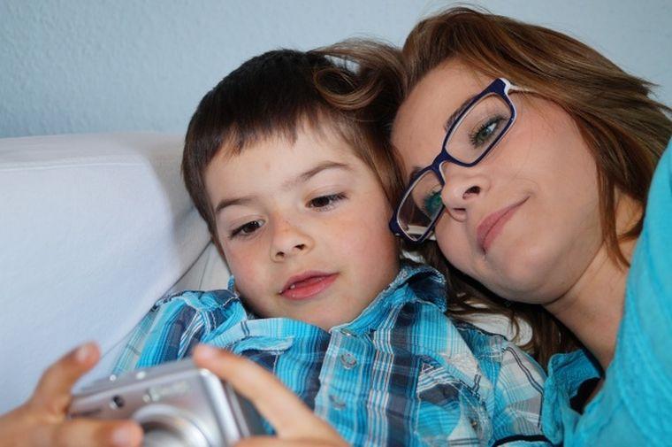 Femeia s-a dus în dormitorul copilului de 11 ani, s-a întins lângă el și a început să îl mângâie. I-a cerut apoi să facă dragoste cu ea. Băiatul i-a șoptit ceva la ureche, dar partida a continuat