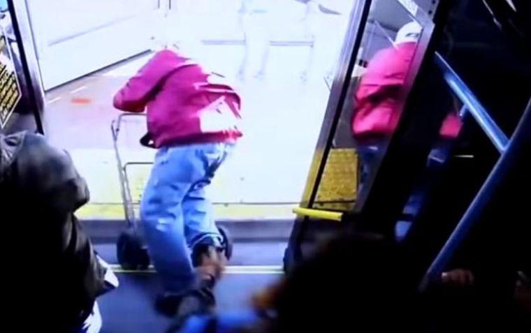 Un bărbat de 74 de ani a murit după ce a fost împins din autobuz de o tânără