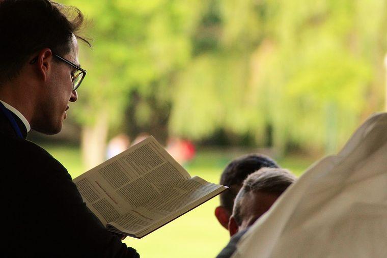 Soţia unui preot din Constanța făcea curat în casă şi a făcut o descoperire şocantă despre partenerul ei de viață