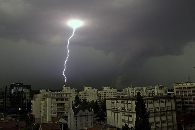 O nouă avertizare de ploi torenţiale, vijelii şi grindină