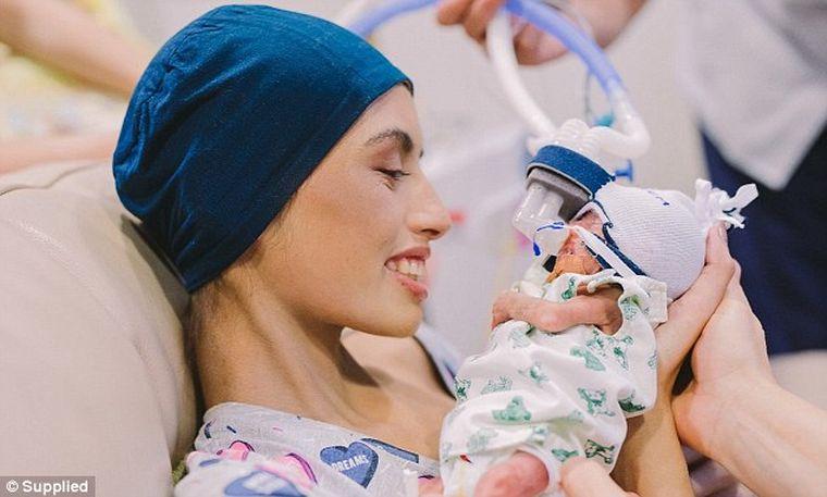 """Povestea emoţionantă a unei tinere de 18 ani, bolnave de leucemie, şi a bebeluşului ei: """"Au fost cele mai frumoase 12 zile din viaţa mea"""""""