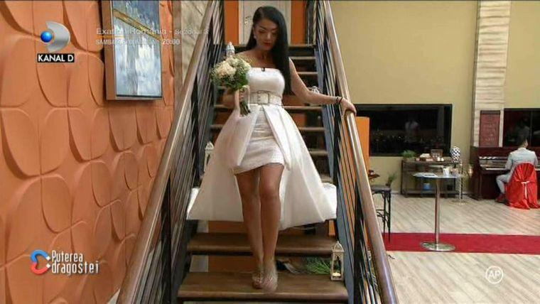 Andreea Mantea a făcut anunțul la Puterea Dragostei, după ce a coborât scările în timp ce cânta muzică de nuntă!