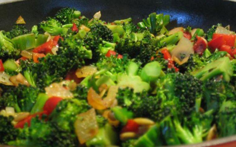 Salata care face minuni însă nu e ușor de mâncat. Tu ai curaj să faci asta?