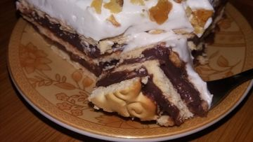Prăjitură rapidă cu biscuiți și frișcă - simplă, delicioasă și fără coacere!