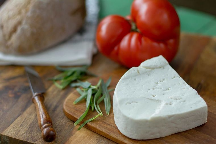 Brânza cu roşii, un deliciu. Cât de periculoasă este combinația de vară preferată?