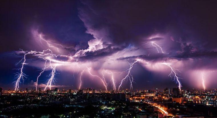 """Vine furtuna electrică! AVERTIZAREA meteorologilor: """"Adăpostiți-vă!"""""""