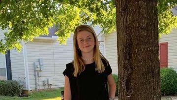 O adolescentă a făcut o poză pentru începerea şcolii, dar nu a observat cine mai era în cadru cu ea. Detaliul care a îngrozit pe toată lumea