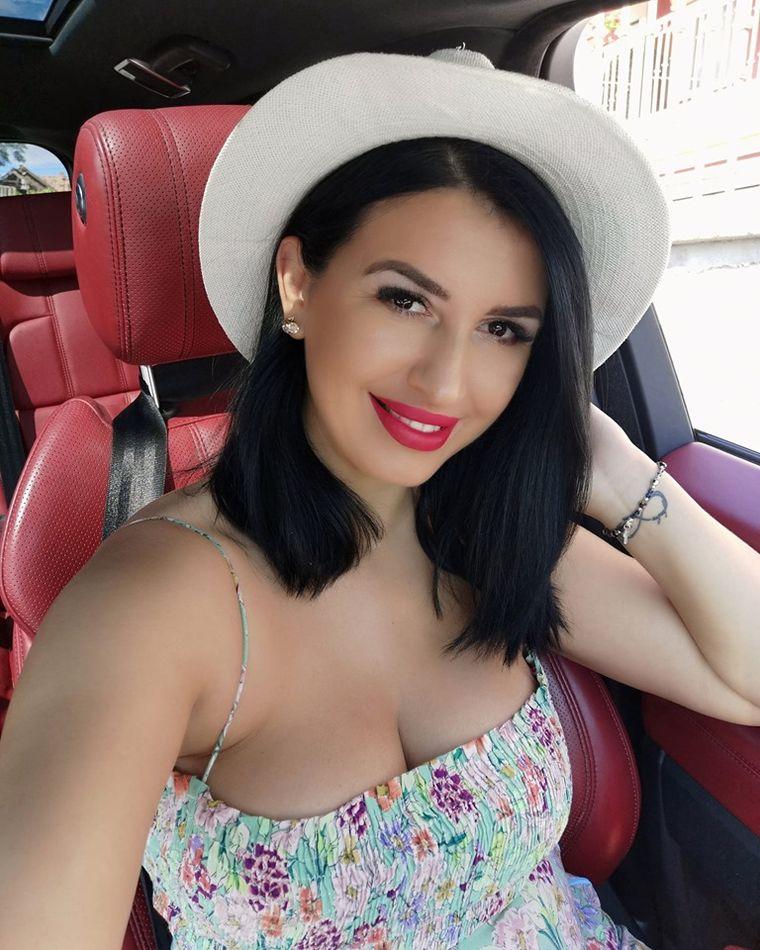 Mirela Baniaș, însărcinată, s-a pozat la piscină cu burtica la vedere