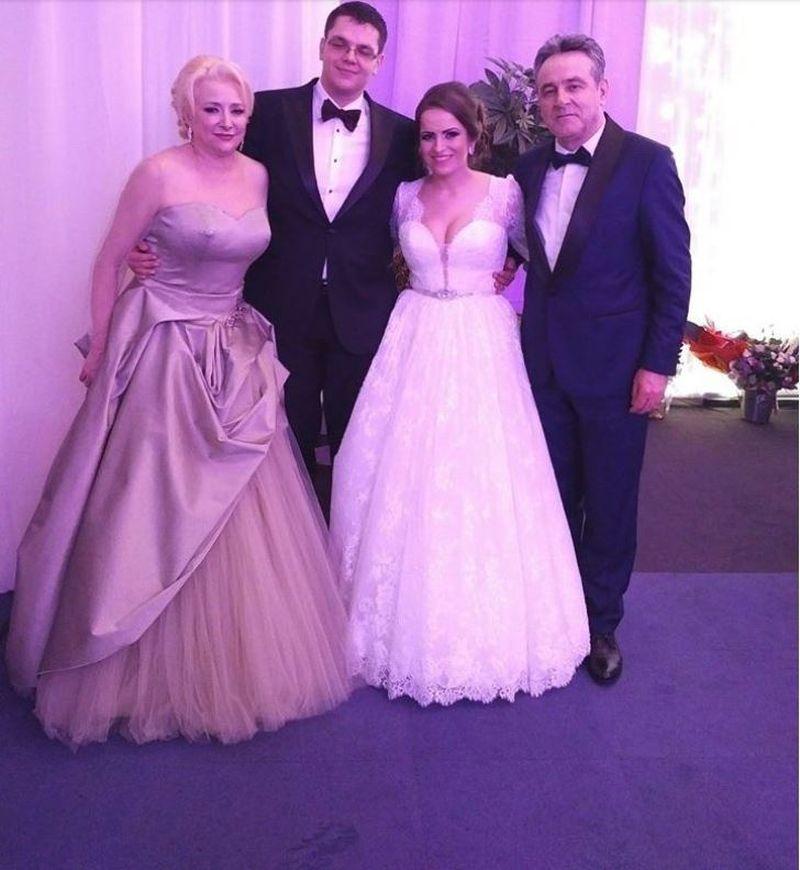 Pentru nunta fiului ei, premierul a optat pentru o rochie roz