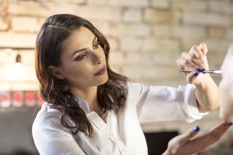 Make-up artistul Mihaela Rotaru îți arată cum să realizezi un machiaj absolut fabulos, perfect pentru o seară de bal! VIDEO