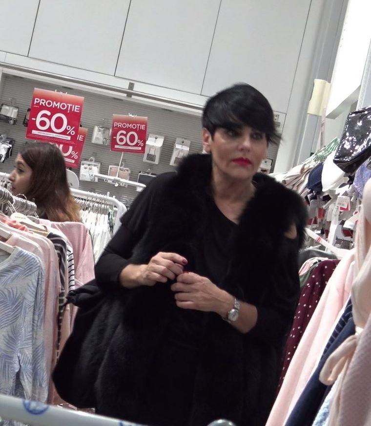 Patrizia Paglieri a intrat din greșeală într-un magazin cu mult prea multe haine...roz! Poate atrasă de marile reduceri