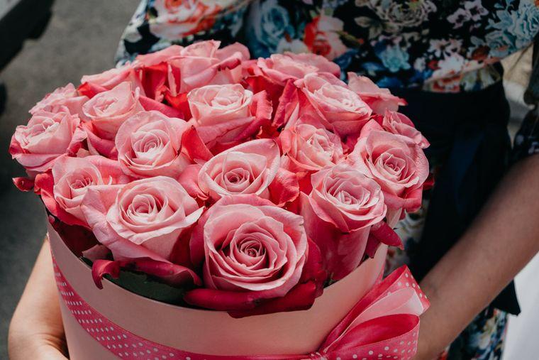 Rosii, galbeni, albi sau alta culoare? Tu ce fel de trandafiri in cutie alegi sa daruiesti?