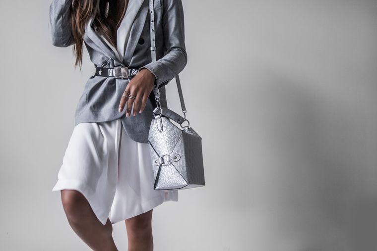 Cum asortezi corect geanta la outfit?