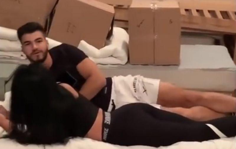Ella și Iancu în pat