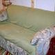 Două studente au cumpărat canapeaua asta veche cu 90 de lei de la un târg şi au dus-o în camera de cămin! Când s-au aşezat pe ea, au simţit ceva ciudat la fund!