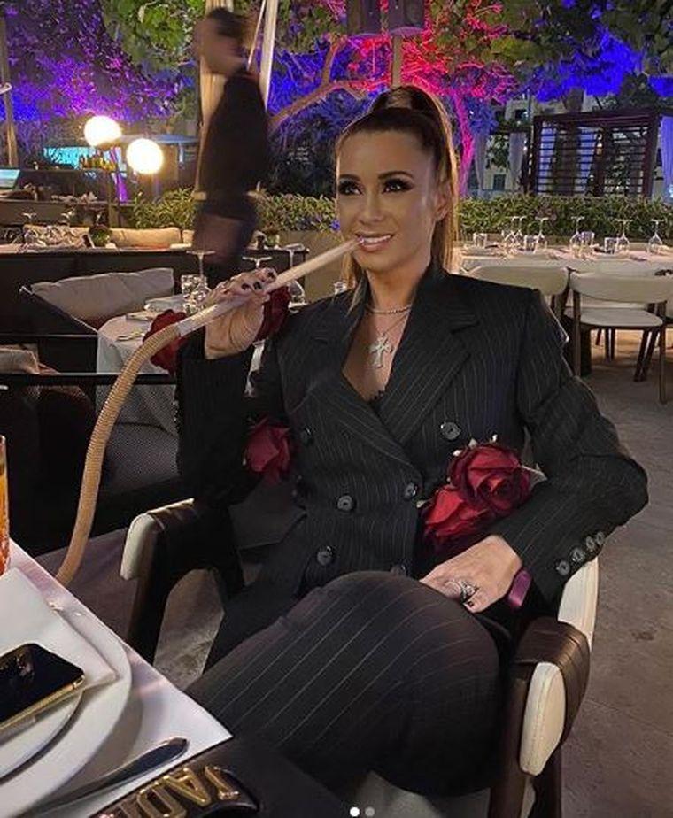 Anamaria Prodan s-a plimbat pe stradă cu o coroană pe cap! Vedeta a purtat haine şi accesorii de 287.500 de euro!