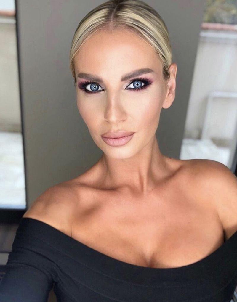 """Vezi cât de """"plină"""" de operații e cântăreața Andreea Bănică!"""