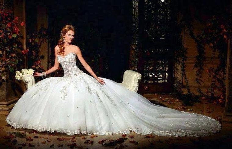 Ti-ai dorit dintotdeauna sa arati ca o printesa la nunta? Alege una dintre aceste cinci rochii si visul ti se va indeplini!