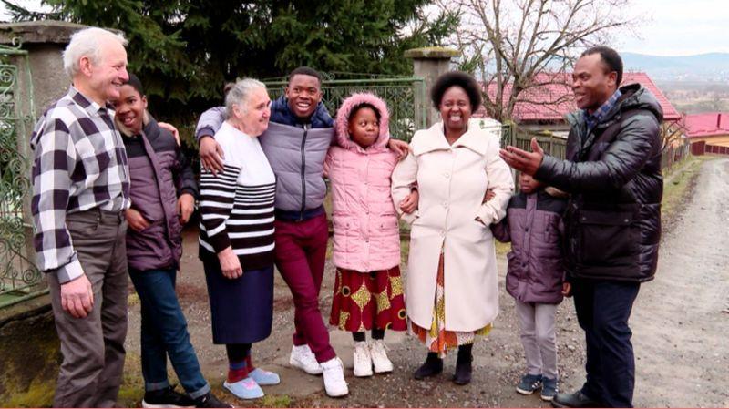 Asta-i Romania!  Familie de africani traieste in satul Chinari, Mures