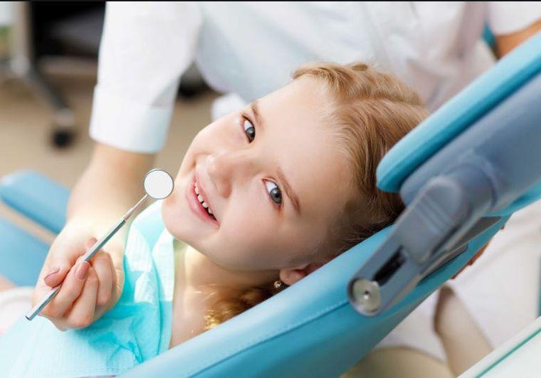 Ce să faci, urgent, dacă cel mic a căzut și și-a spart un dinte? Sfaturile specialistului!
