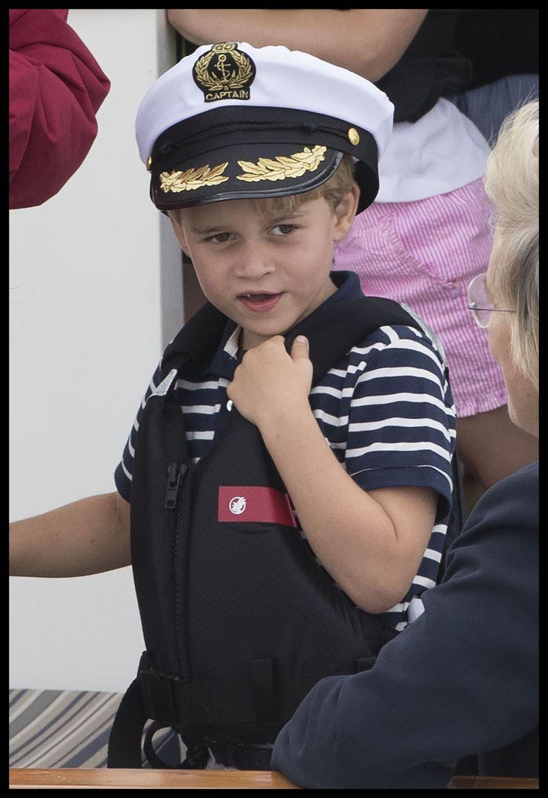 """Cum este crescut Prințul George de către Ducii de Cabridge? """"Într-un mediu normal, nu în spatele zidurilor palatului"""""""