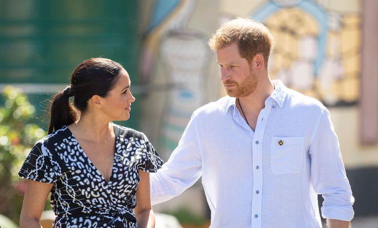 Meghan Markle gravidă iar? Ducesa de Sussex își acoperă burtica!