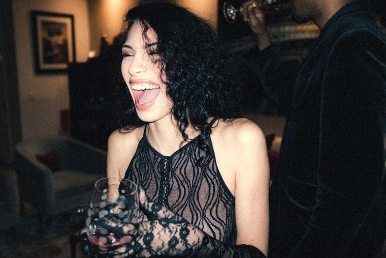 Pentru petrecerea de 8 martie, alege o rochie de seara deosebita dintr-un magazin online!