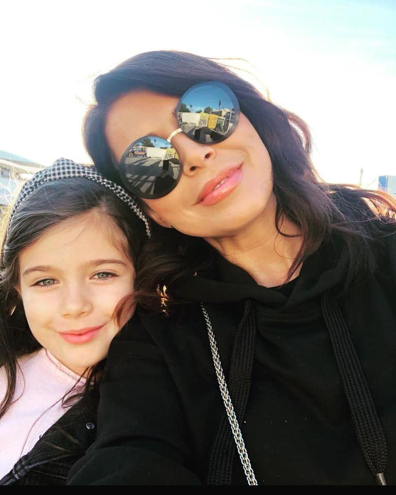 În izolare,Simona Pătruleasa stă cu fiica ei și fac diverse activități