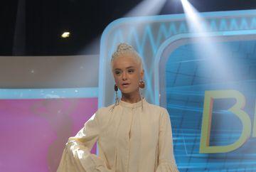 """""""Bluza asta arata de parca ai fi ciunga! Voi, la Cluj, in afara de faptul ca invatati sa faceti carpe, anatomie nu faceti? Iulia Albu i-a demontant toata tinuta Isabelei"""