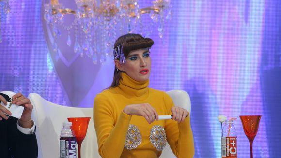 """Iulia Albu are un tiz celebru de la """"Bravo, ai stil!"""" GRECIA! IATA cine ii face concurenta gainii fashion editorului roman. JURATUL este sexy rau!"""