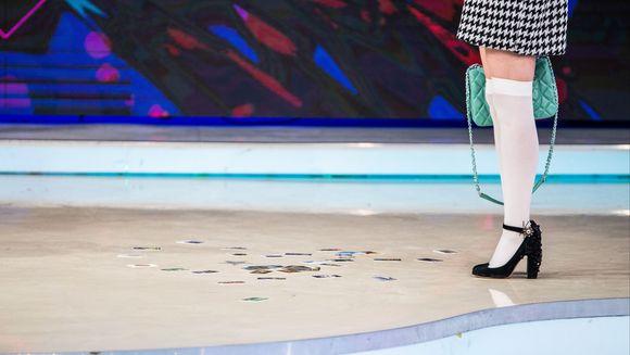 """Nadina s-a dat de gol singura: s-a impiedicat si din geanta i-au cazut zeci de cartele SIM pe care le folosea pentru a se vota singura:  """"Taiati! Taiati! Nu pot sa cred!"""" Avem IMAGINILE"""