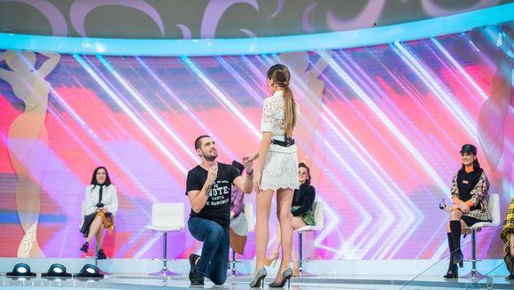 """Catalin Cazacu, vrajit de Raluca! S-a pus in genunchi in fata ei si, de fata cu toata lumea, a pus intrebarea: """"Vrei sa.."""""""