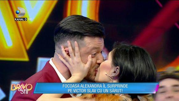 Moment incendiar! O concurenta l-a sarutat cu patos pe Victor Slav!