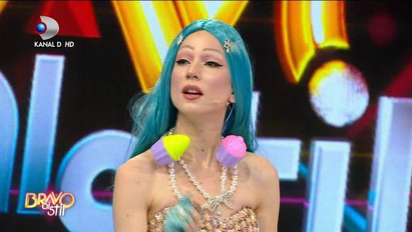 Corina, tinuta extravaganta! Ce parere au avut juratii despre peruca ei