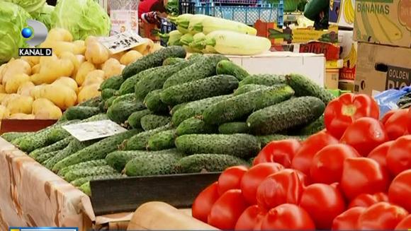 In Romania, legumele cu gust si miros de gradina ca altadata au devenit un lux! Primele rosii de anul asta se vand acum in piete mai scump decat carnea - ajung chiar si la 35 de lei kilogramul! Taranii spun ca marfa e muncita si de calitate si asa se expl