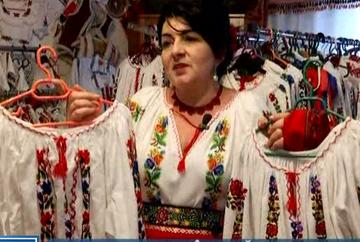 """Ea este femeia care a dus ia romaneasca in toata lumea! Bistriteanca, Virginia Linul semneaza colectii """"haute couture"""" alaturi de mari designerii francezii care au descoperit intamplator frumusetea portului romanesc!"""