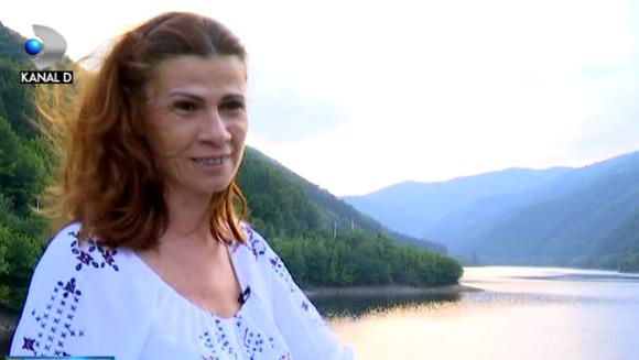 Stop si de la capat: dupa 25 de ani a dat televiziunea pe viata la tara! Iata povestea de viata a unei cunoscute jurnaliste, care a ales sa traiasca simplu, departe de agitatia din Bucuresti!